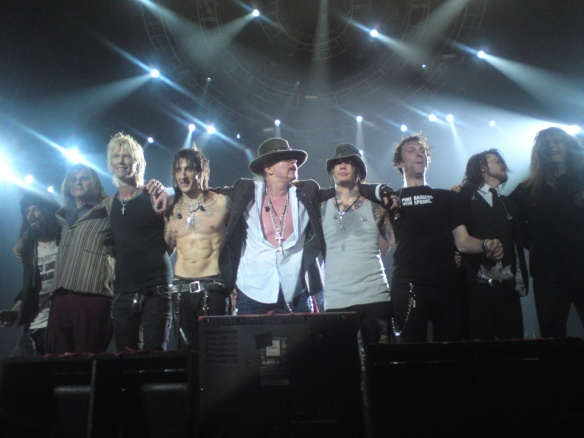 De izquierda a derecha: Bumblefoot, Pitman, Duff, Fortus, Axl, Ashba, Stinson, Dizzy y Bach