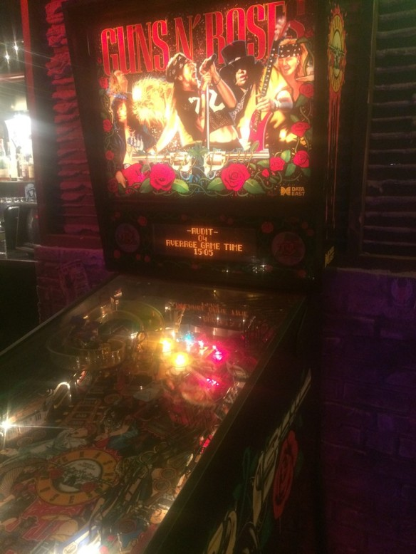 El clásico pinball de Guns n' Roses dentro de Tower Records