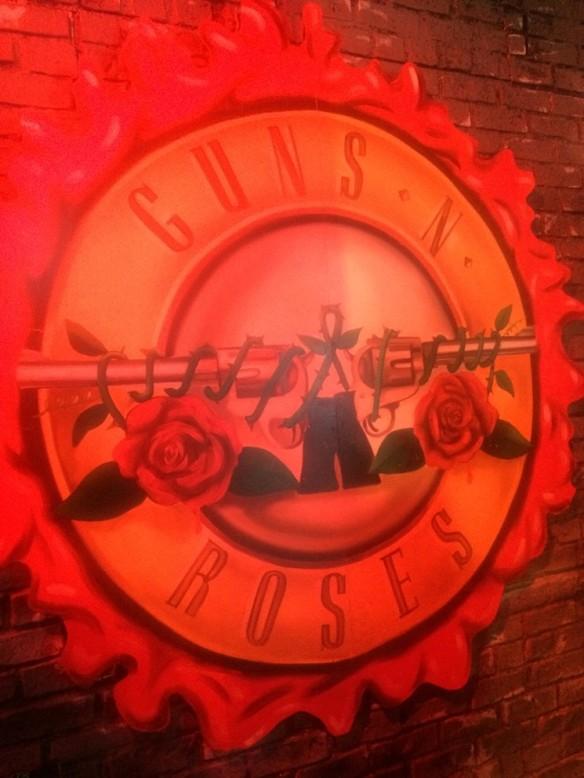 El logo clásico de la banda en el interior del antigüo Tower Records