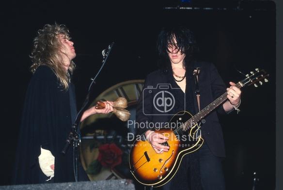 Steven junto a Izzy con la mano lastimada